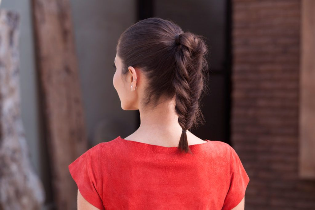 tatanan rambut pesta simple gaya kepang fishtail.
