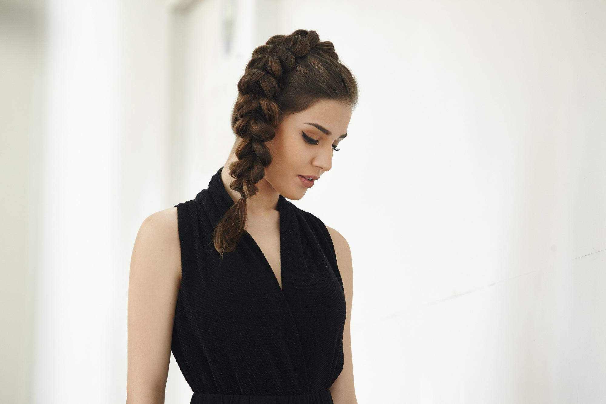 Model rambut kepang samping voluminous ponytail braid