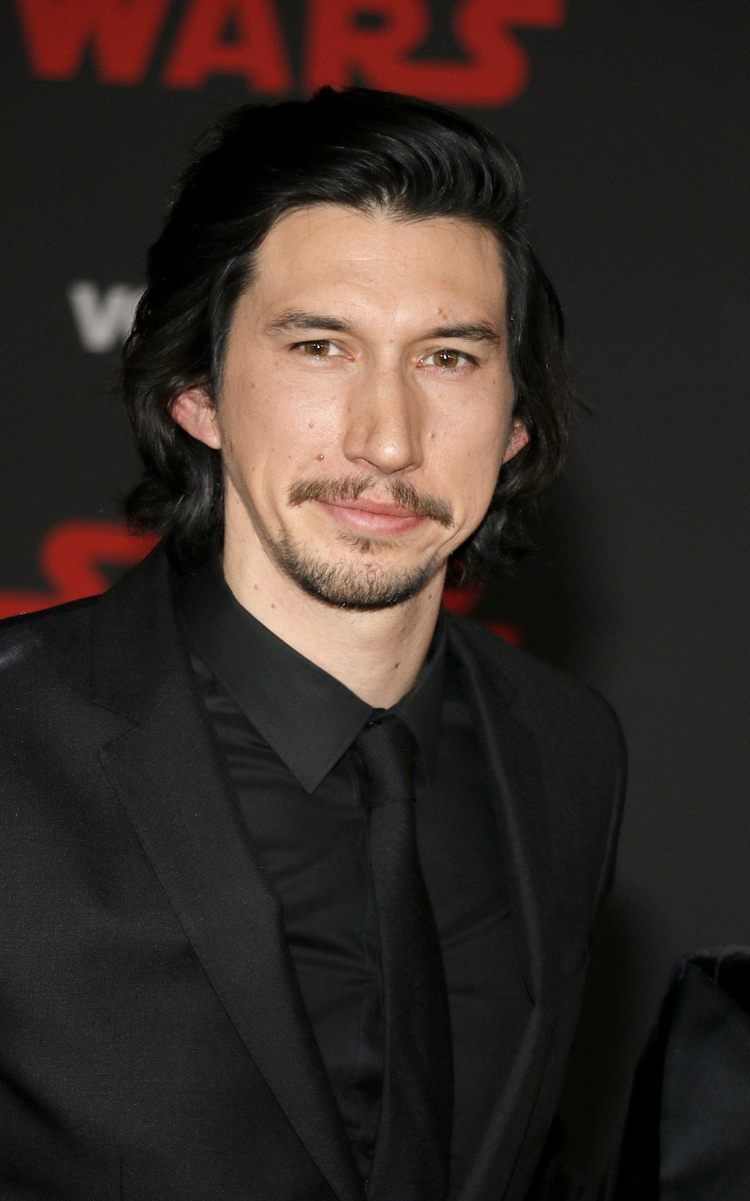 Adam Driver dengan model rambut medium wavy
