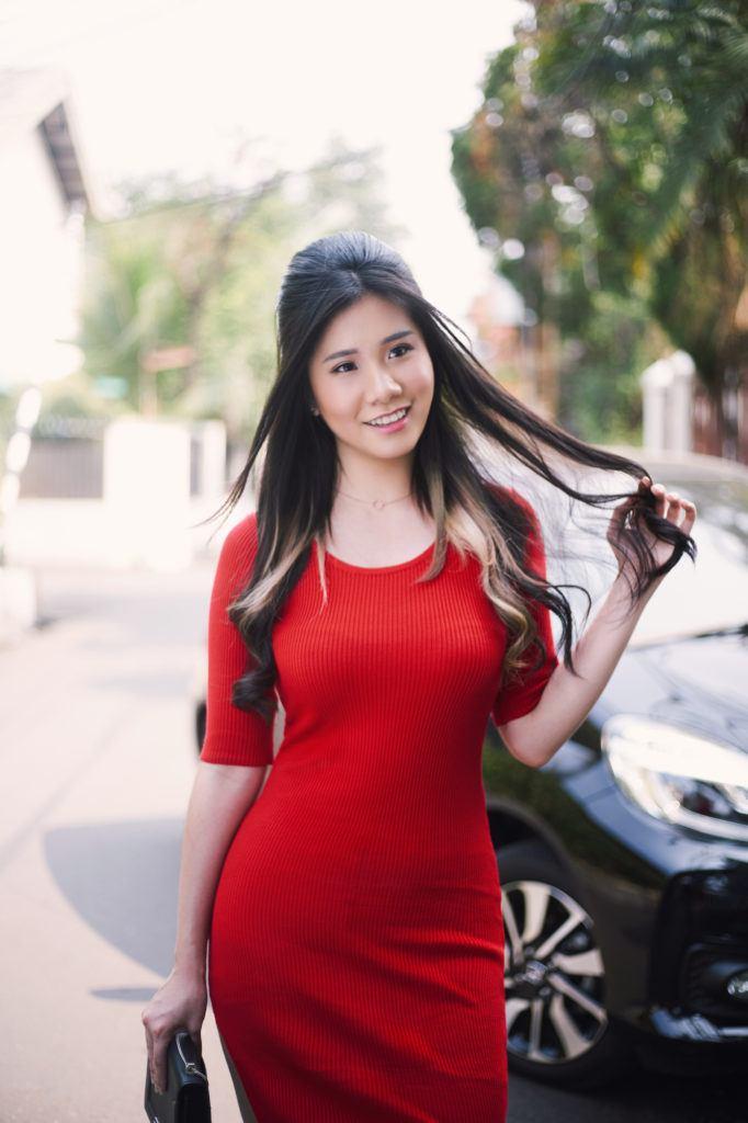 Wanita asia dengan rambut panjang baju merah dengan gaya rambut 70-an
