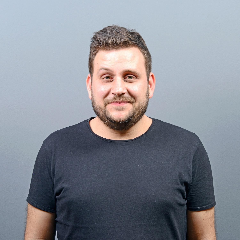 model rambut pria untuk wajah bulat a wavy spike