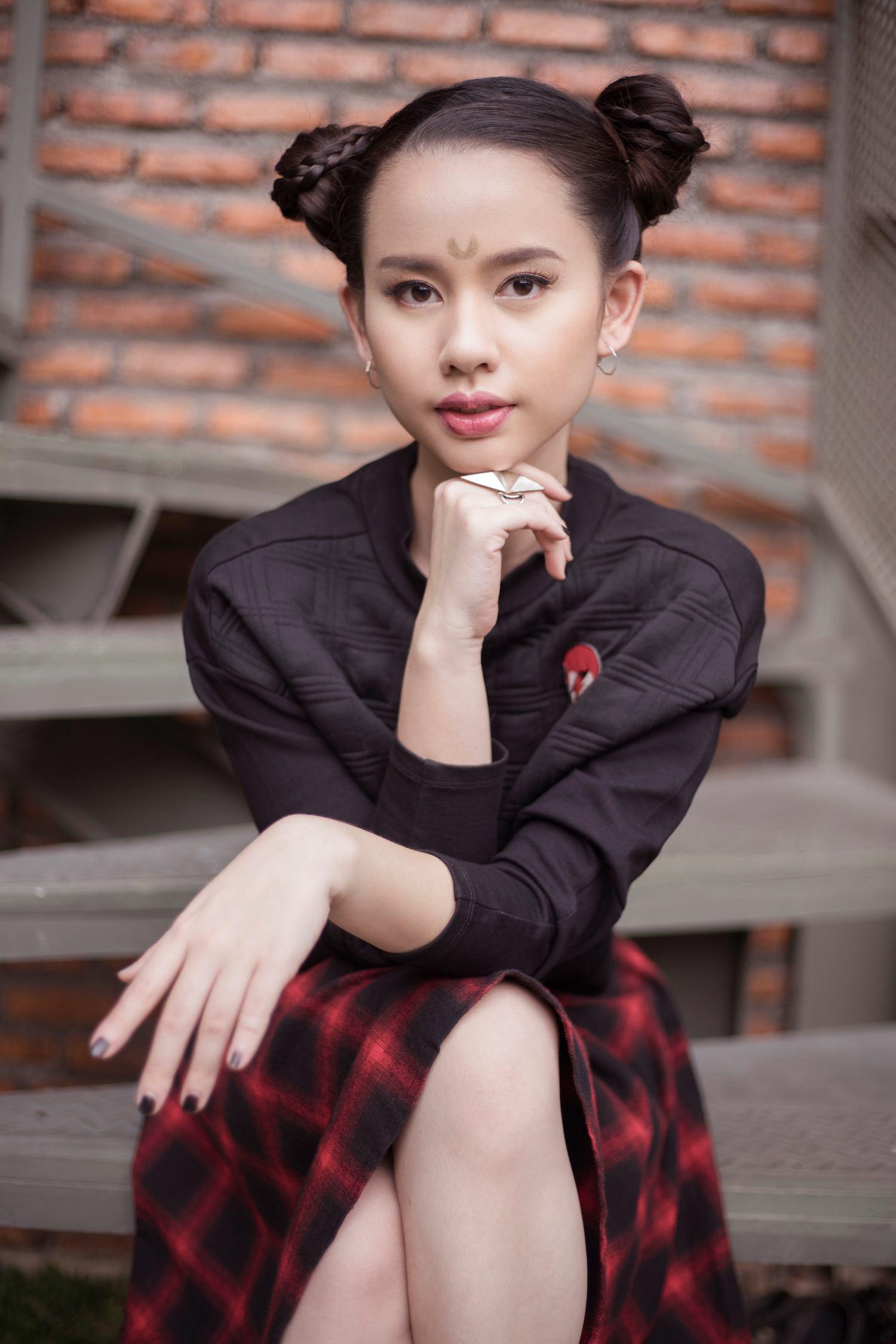 Wanita Asia dengan model rambut anime gaya space buns