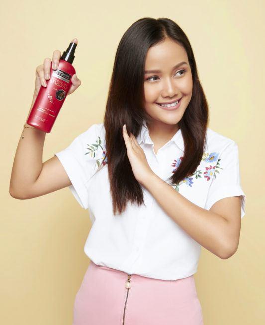 cara mengeriting rambut dengan catok - menyemprotkan rambut dengan heat protection.