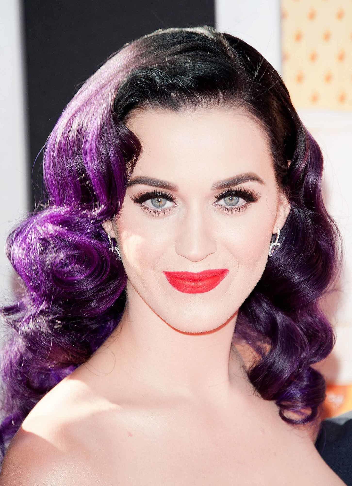 Katy Perry dengan warna rambut violet dark dengan dark brown.