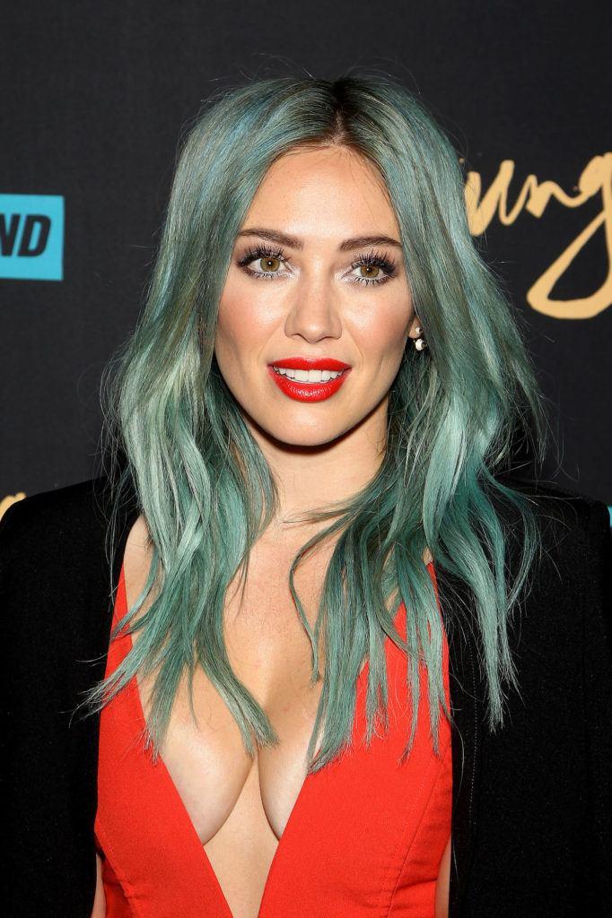 Warna rambut pastel hijau mint.