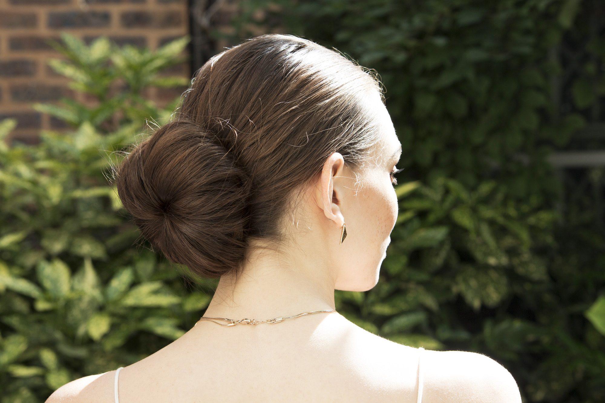 Cara menata rambut panjang untuk ke pesta dengan donut bun.