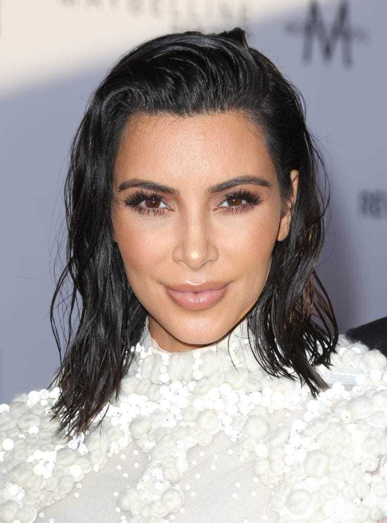 Kim Kardashian dengan rambut warna hitam pendek gaya wet look.
