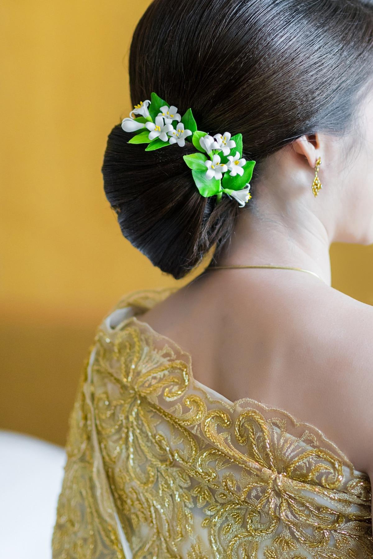 Sanggul pengantin klasik dengan bunga.