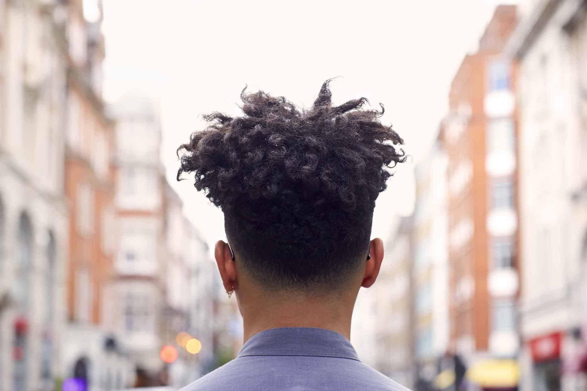 Undercut fade pada rambut dreadlock.