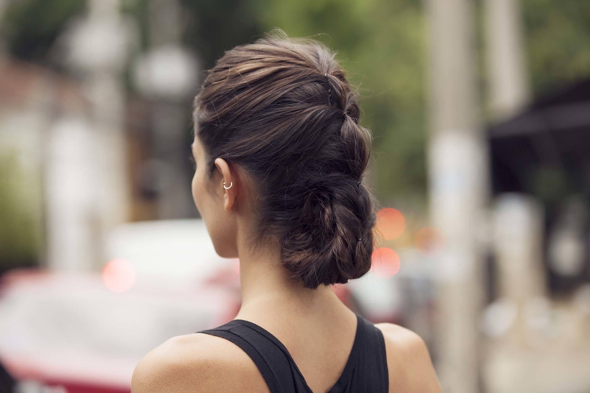 Cara menata rambut panjang untuk pesta model rambut faux braid.