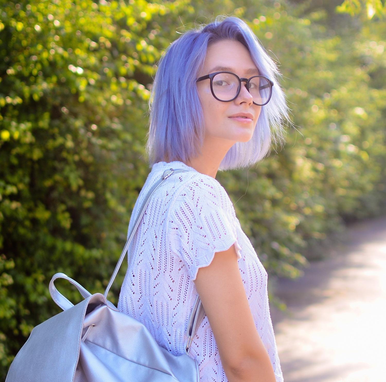 Wanita kaukasia dengan warna rambut pastel ungu terang.