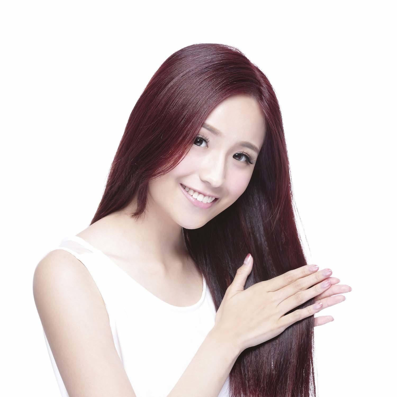 Warna rambut burgundy dengan rona keunguan.