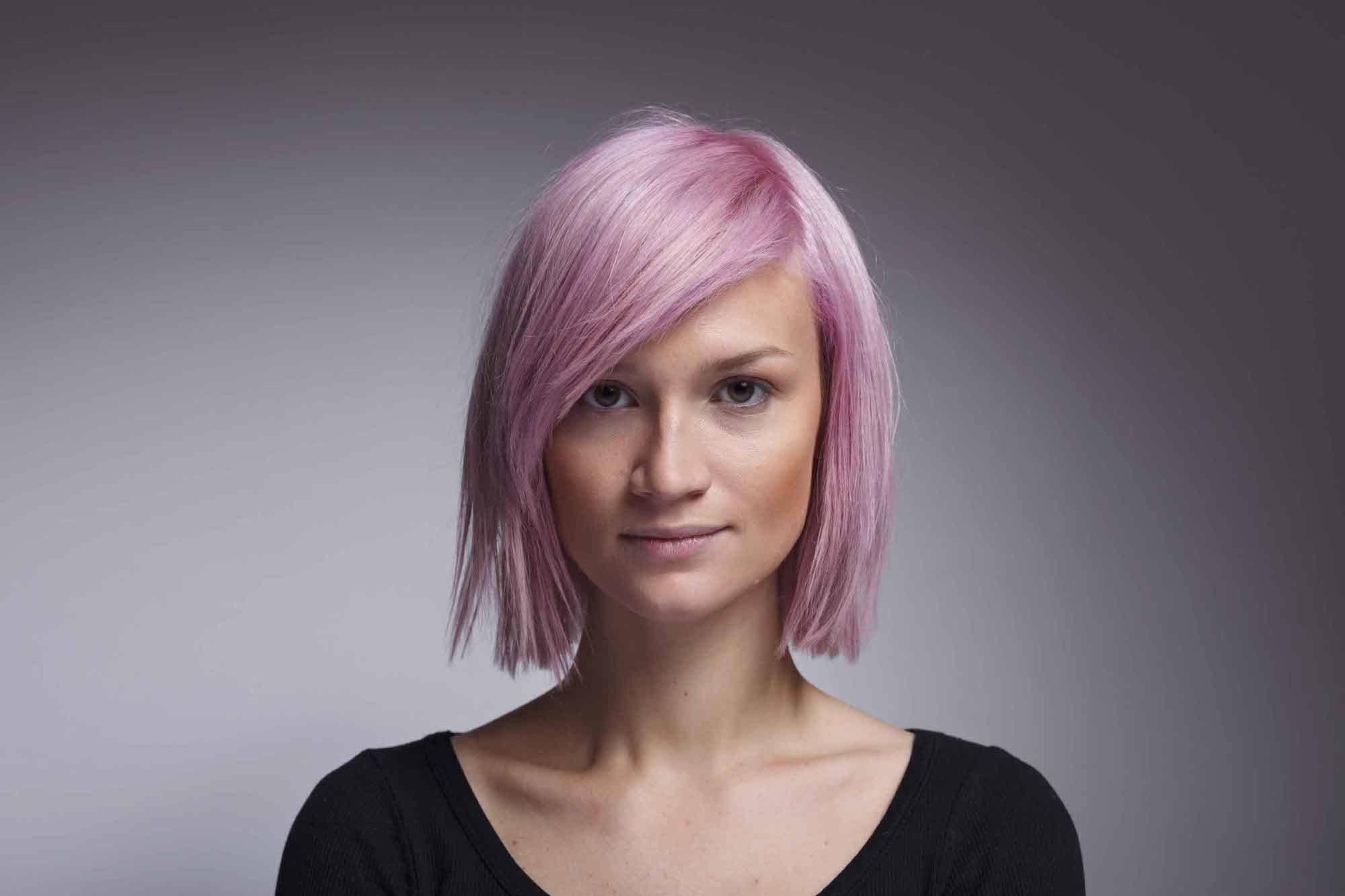 Warna rambut pastel pink pada kulit kuning langsat.