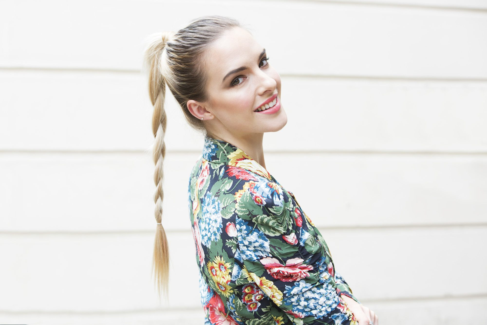 Model rambut braided ponytail pada wanita.