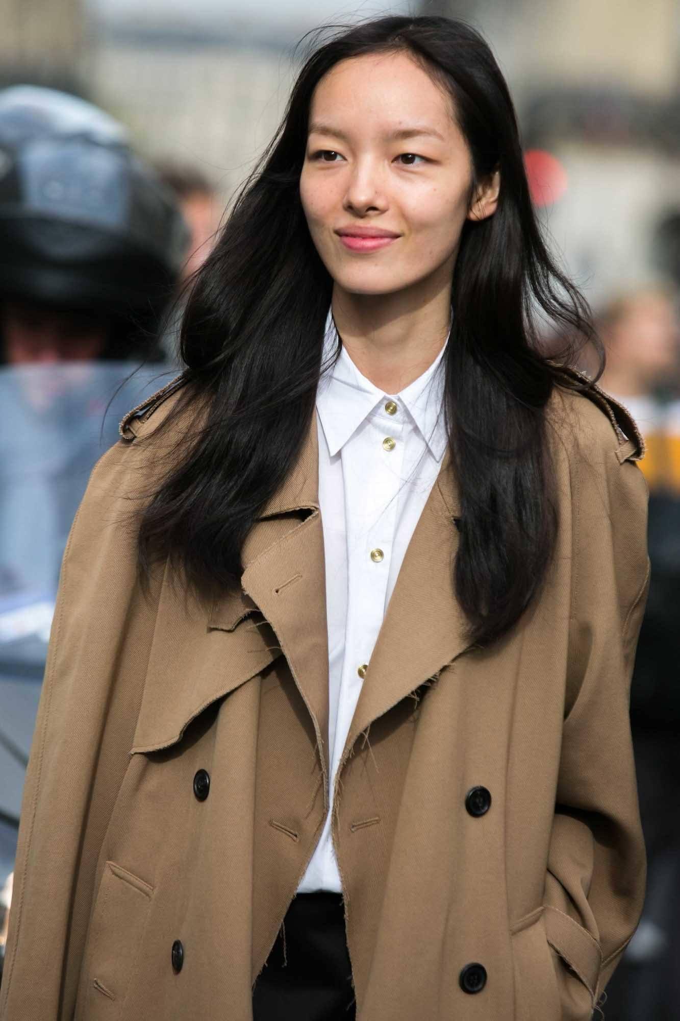 Rambut hitam panjang warna hitam dan model rambut lurus.