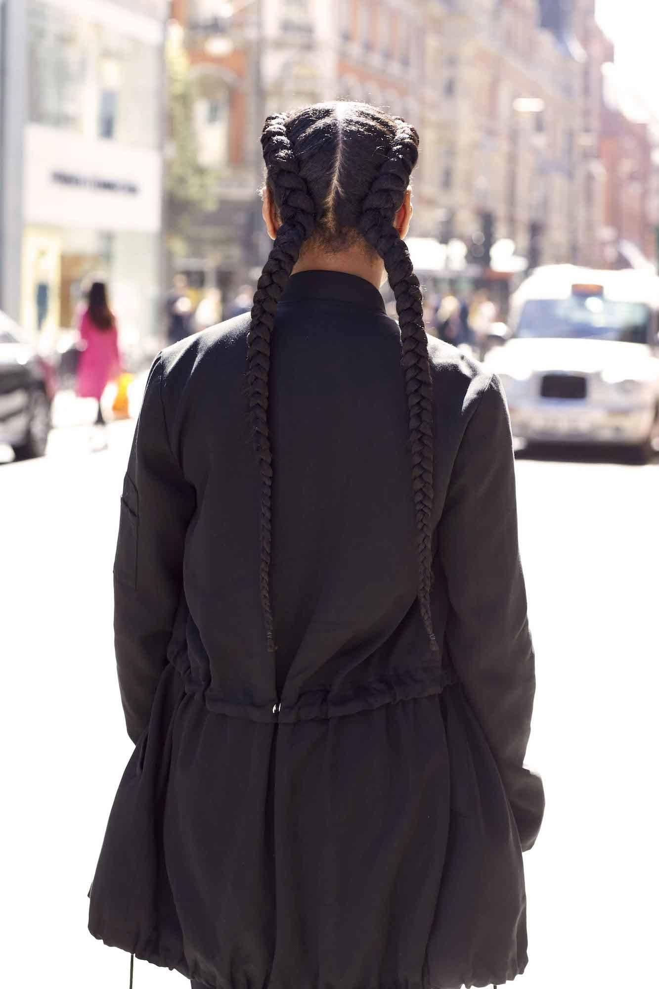 Rambut hitam panjang dengan gaya rambut boxer braid
