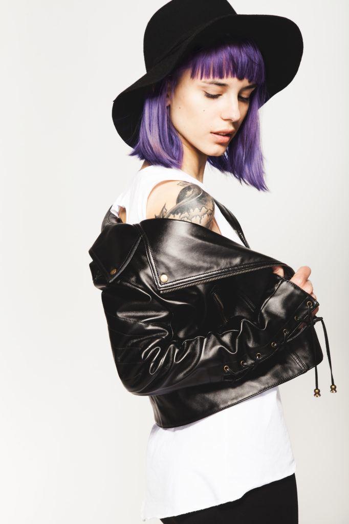 Warna rambut violet agak bold pada rambut bob.