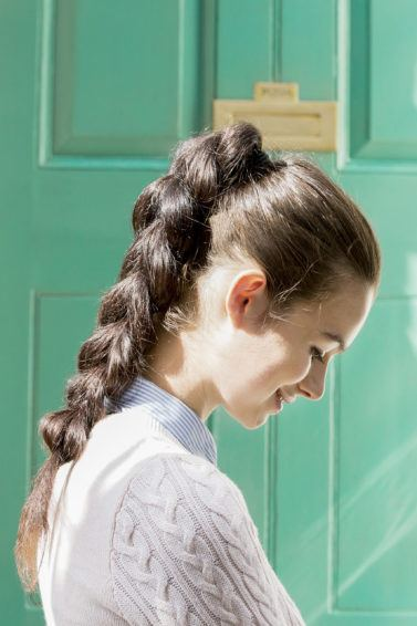 Gaya rambut untuk rambut lepek pull through braid.