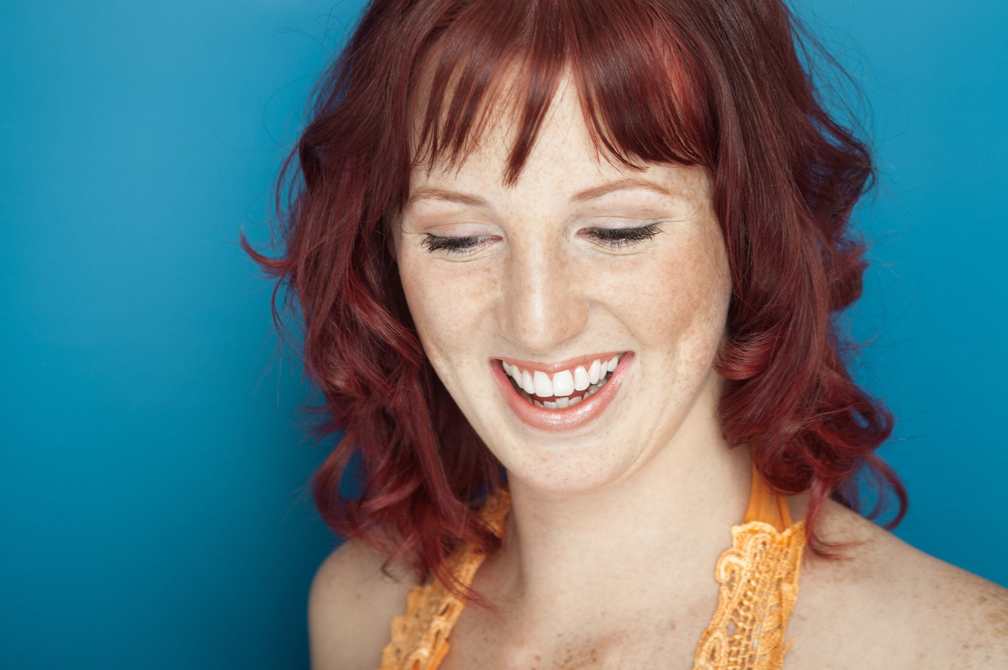 Warna rambut cokelat kemerahan dengan balayage warna merah.