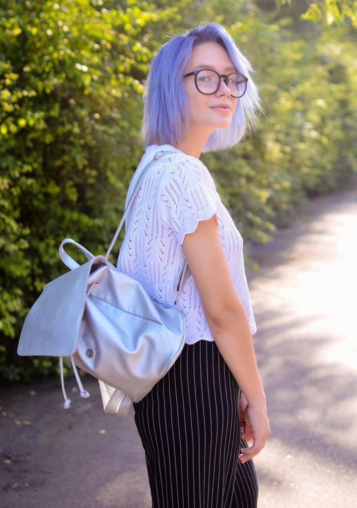 Warna rambut violet dengan warna rambut lavender pastel.
