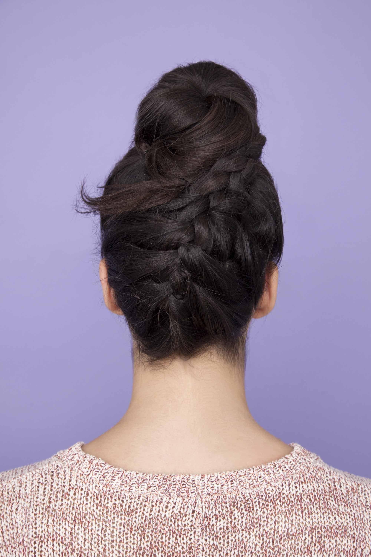 Model rambut upside down braided bun pada rambut warna cokelat