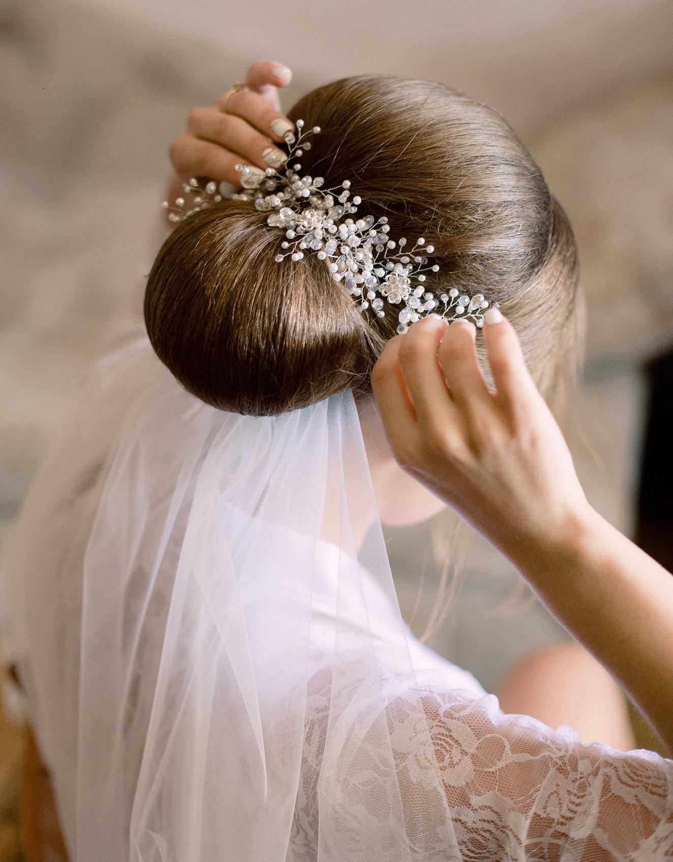 Model sanggul pengantin klasik dengan veil.