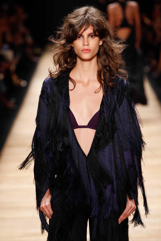 model rambut panjang bergelombang gaya shaggy