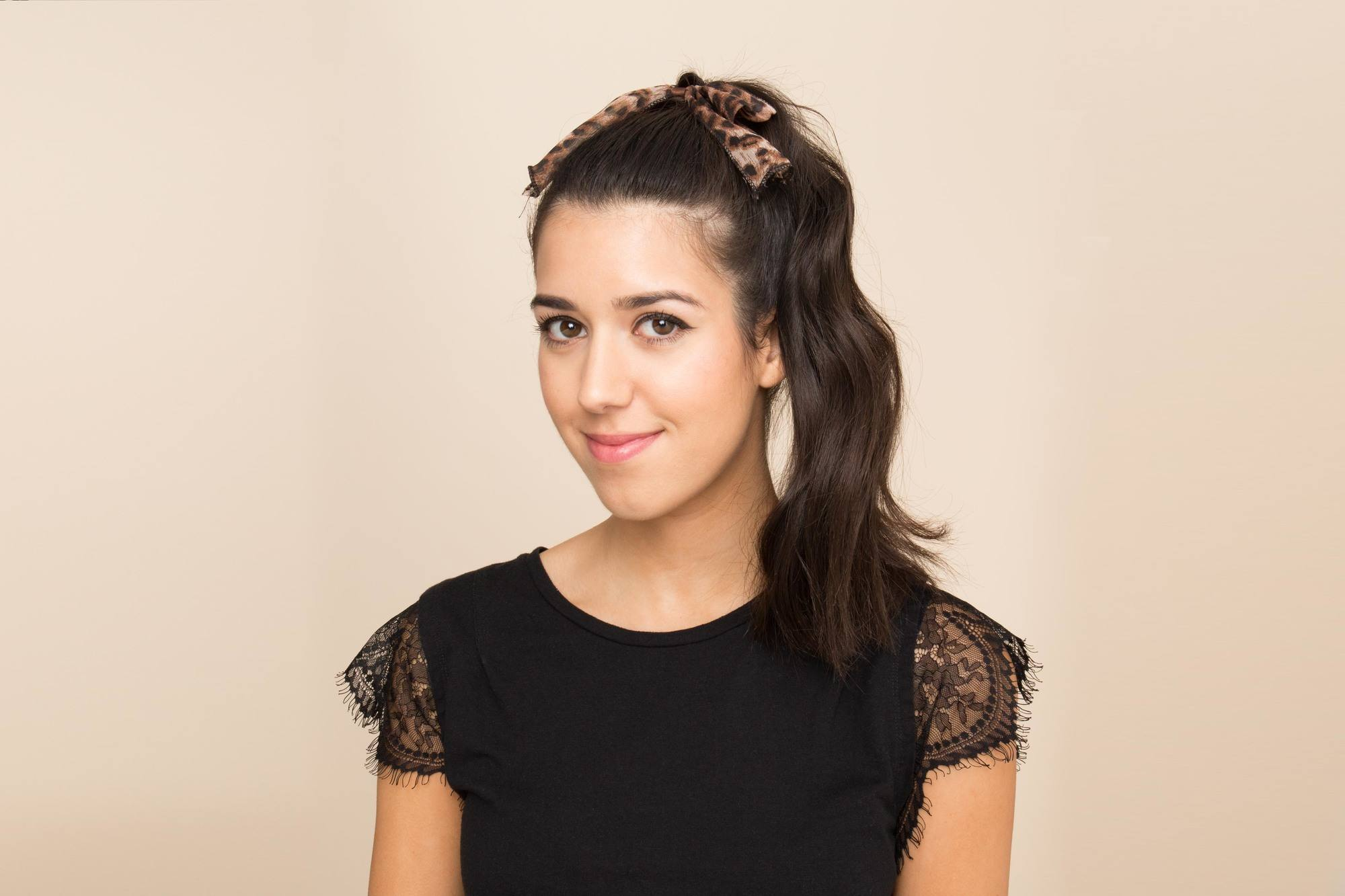 model rambut panjang bergelombang gaya side ponytail