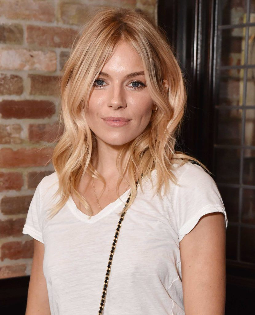 Sienna Miller model rambut panjang bergelombang choppy layers