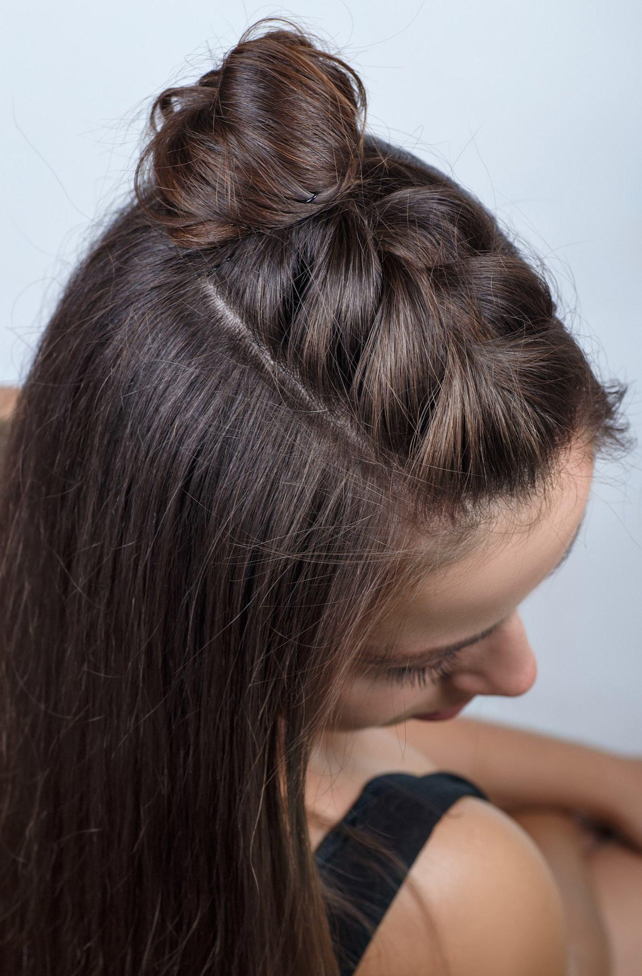 Gaya rambut twist dengan model rambut french twisted braid bun.