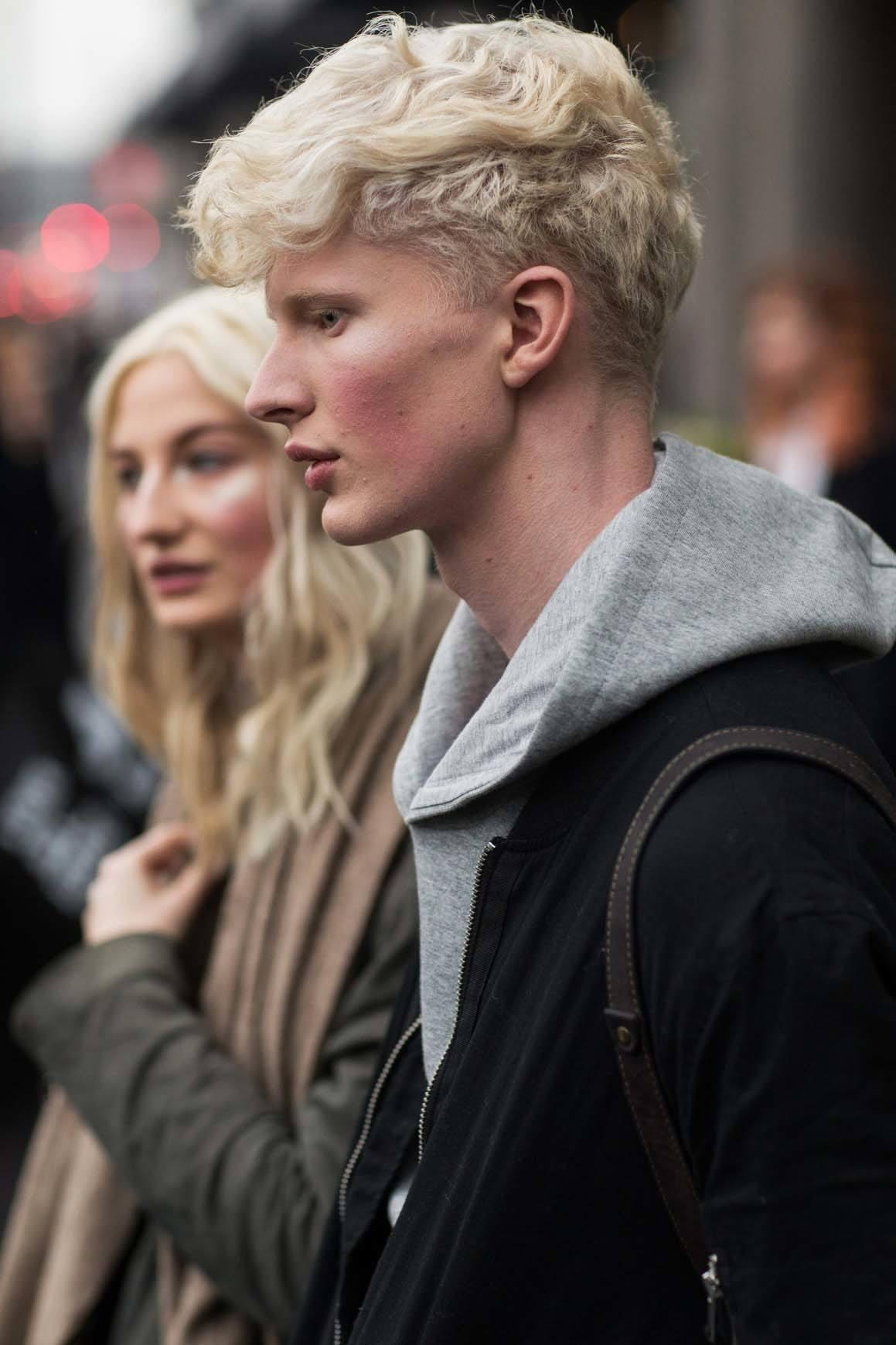 Model rambut pria bergelombang gaya wavy dengan tekstur dan undercut.