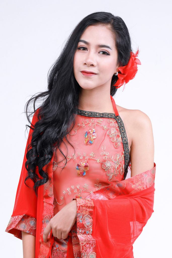 Gaya rambut Imlek Tahun Baru Cina 2018 - gaya rambut ikal hitam dan aksesoris.