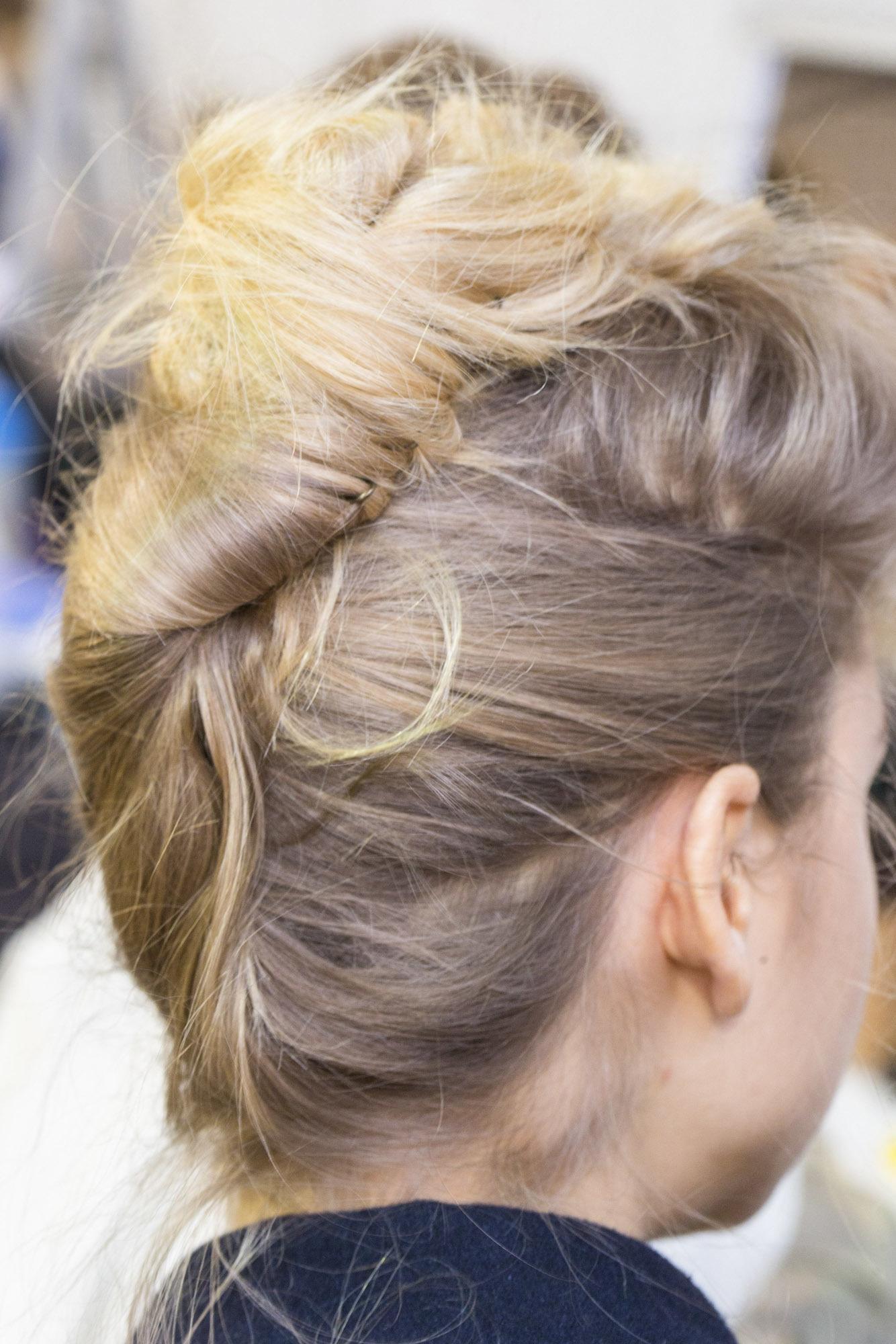 Model rambut french twist gaya messy.