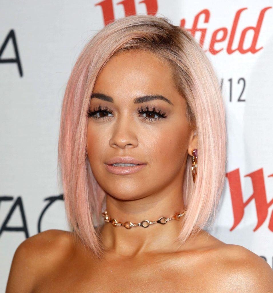 Rita Ora warna rambut pink pastel rose gold.