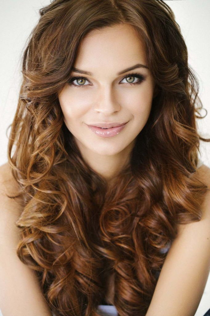 Model rambut yang cocok untuk wajah lonjong - keriting bergelombang.