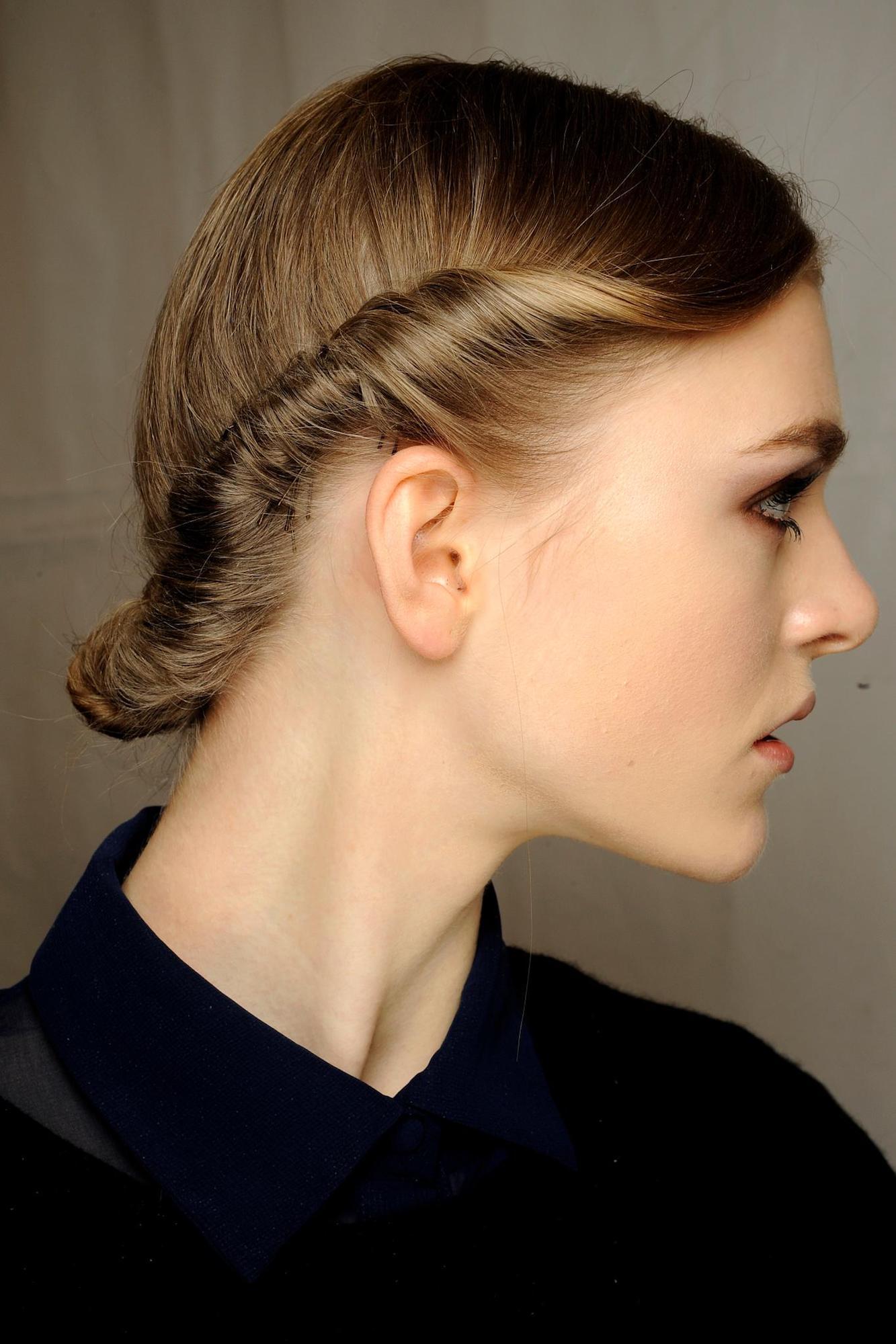Gaya rambut twist dengan gaya rambut chignon.