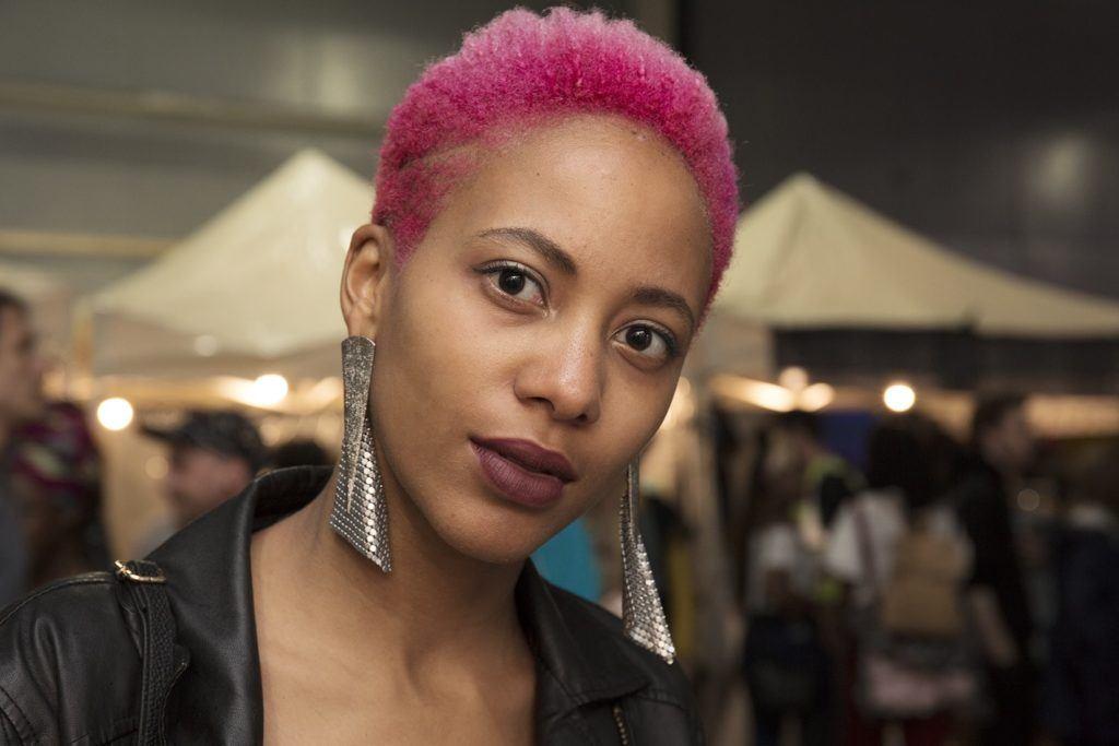 Warna rambut pink bubblegum pada kulit gelap.