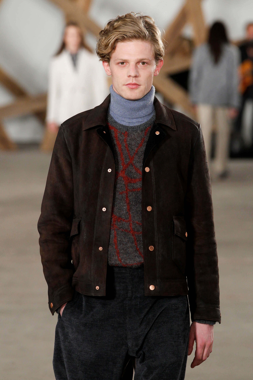 Model rambut pria bergelombang dengan gaya rambut keriting bergelombang.