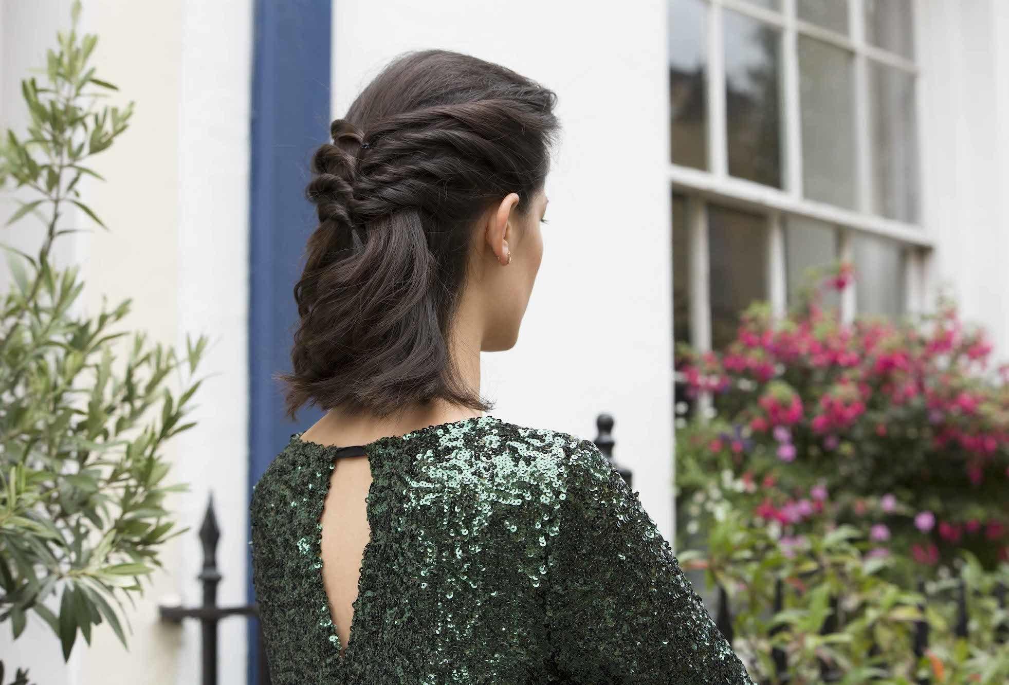 Gaya rambut twist dengan model rambut half updo twisted.