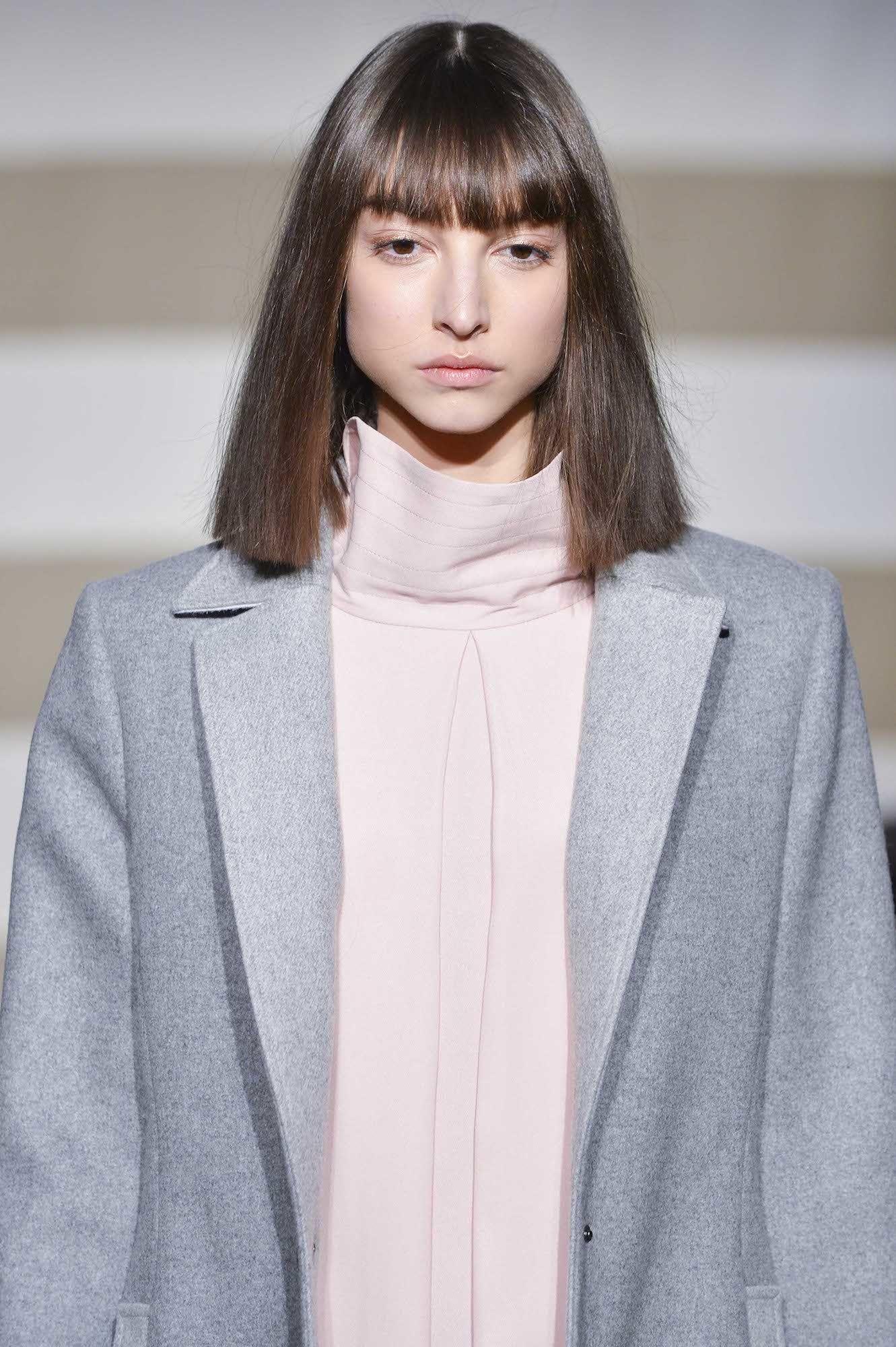 Model rambut yang cocok untuk wajah lonjong - Blunt bangs.
