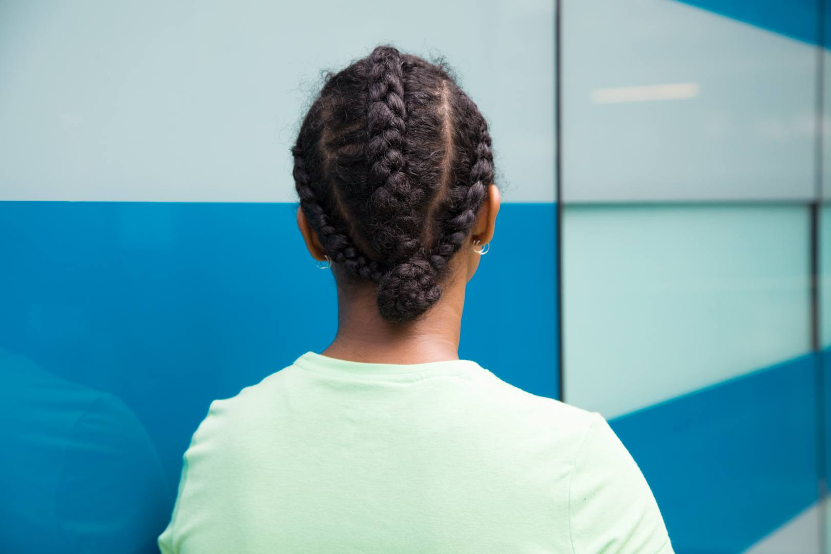 Gaya rambut sporty triple braids.