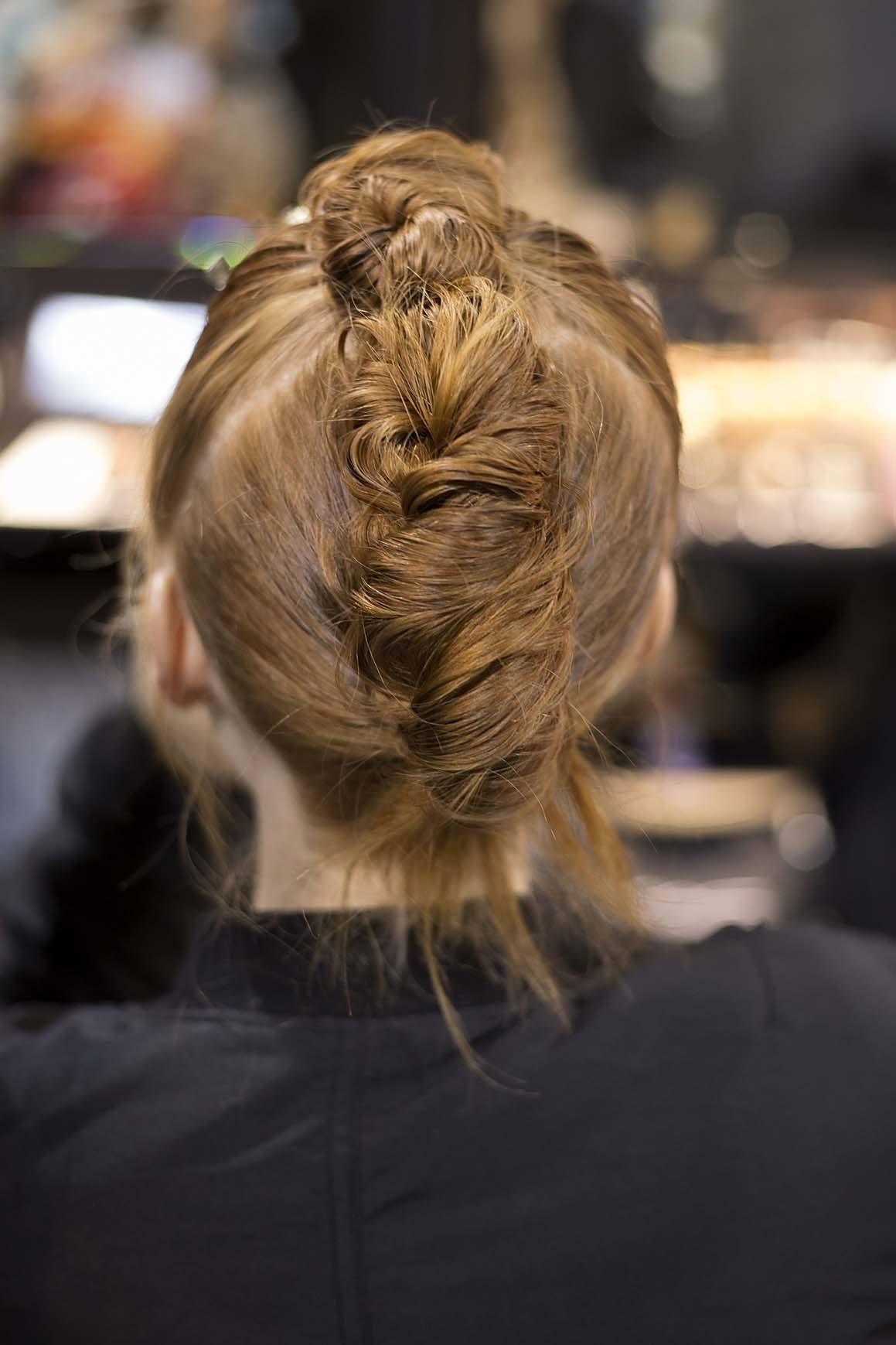 Gaya rambut twist dengan model rambut twisted bun gaya faux hawk.