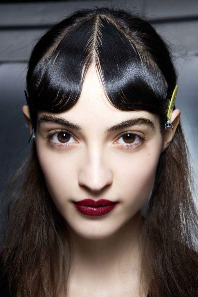 Jenis poni - gaya rambut curtain bangs variasi wet look.