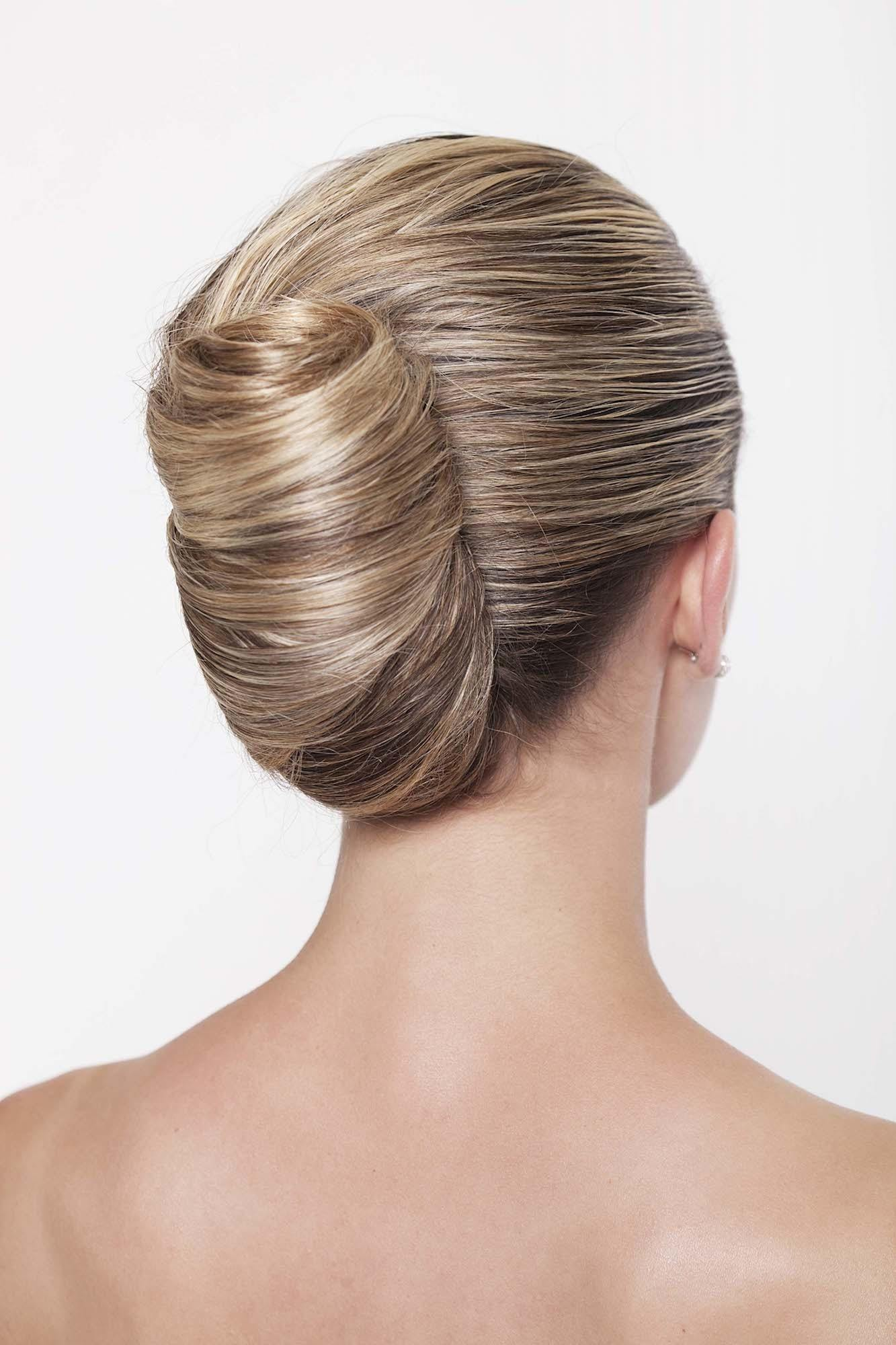 Model rambut french twist pada rambut pirang