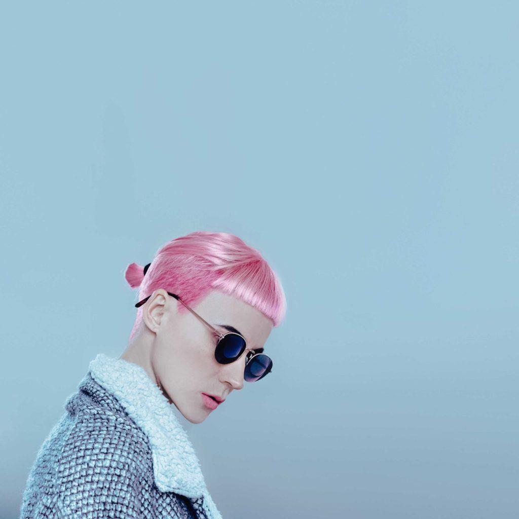 Warna rambut pink neon pada rambut pendek.