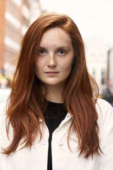 Wanita kaukasia dengan rambut layer panjang warna auburn copper sunset