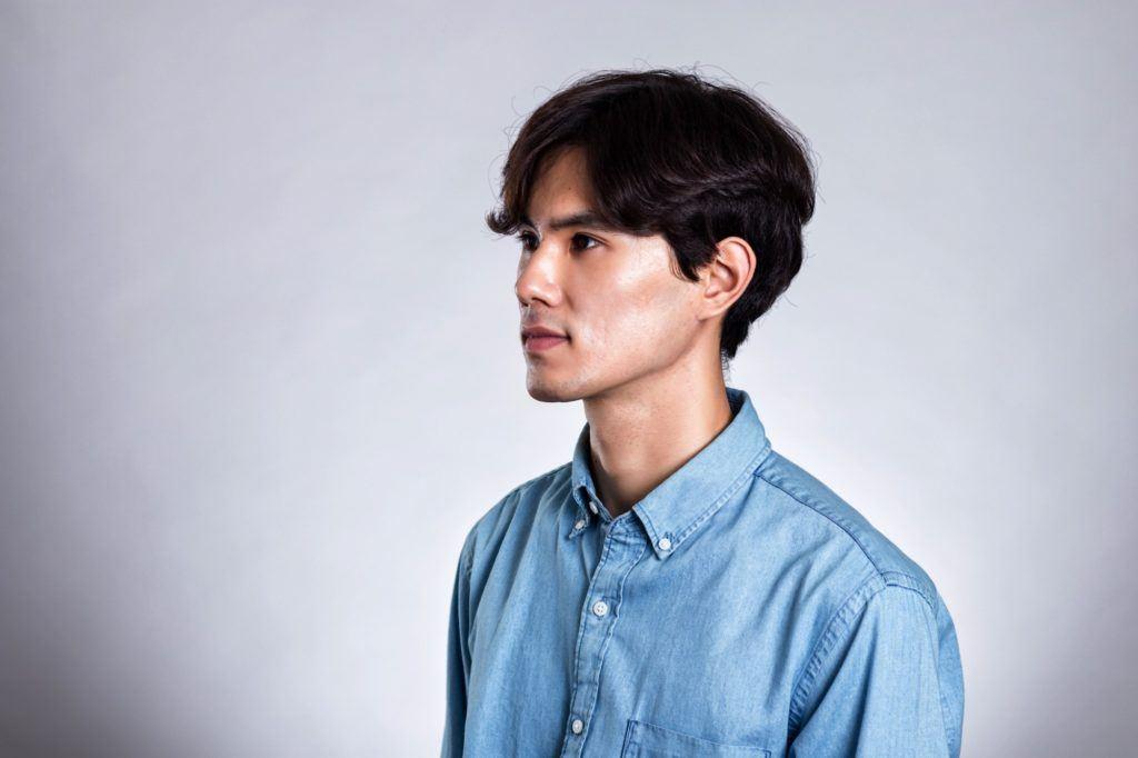 model rambut bergelombang pria belah tengah