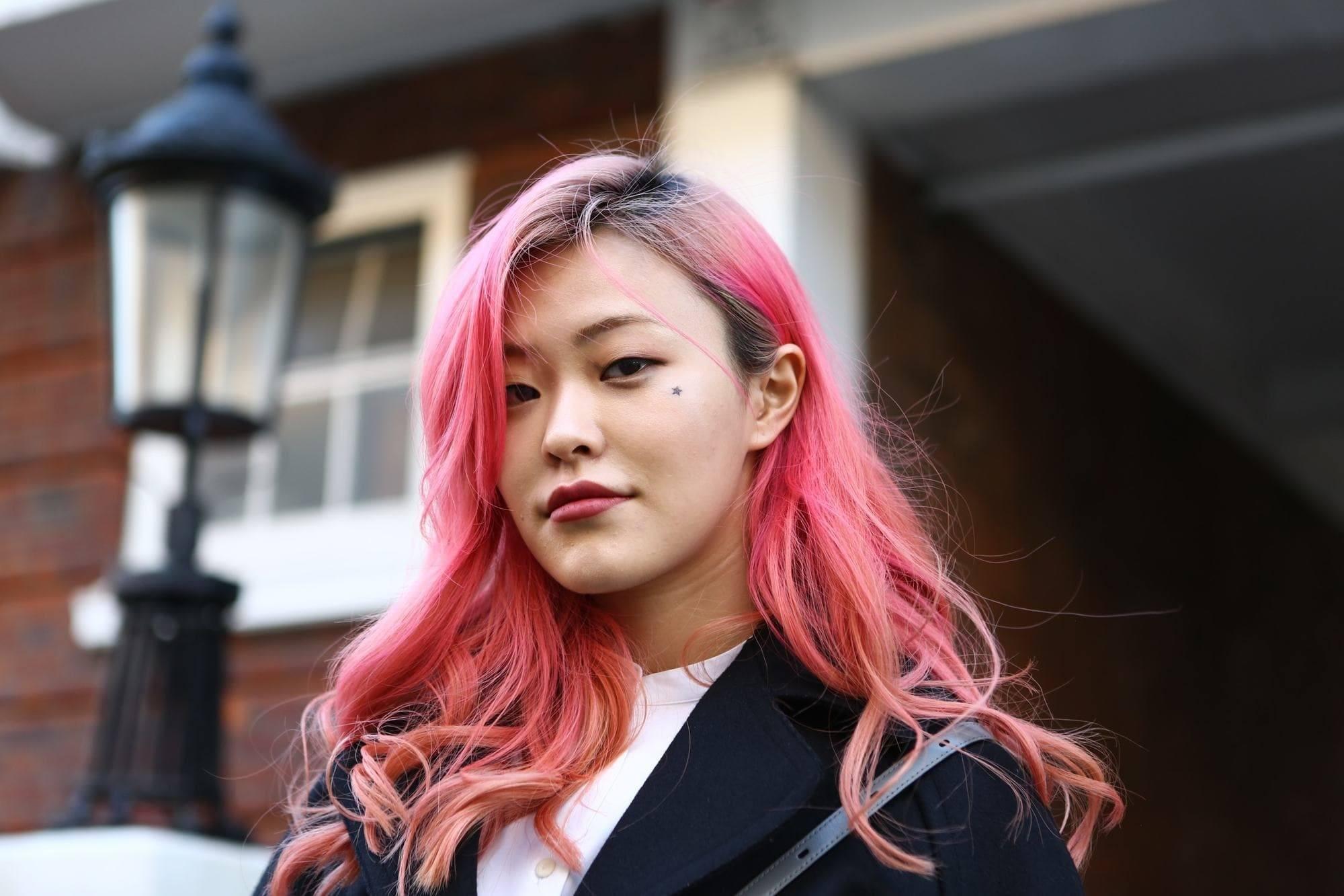 trend warna rambut pink di london fashion week 2018