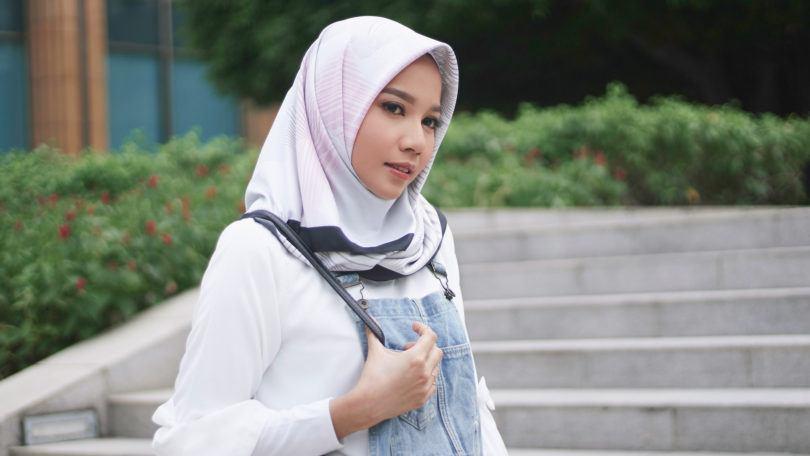 Wanita asia dengan model hijab segi empat warna abu-abu