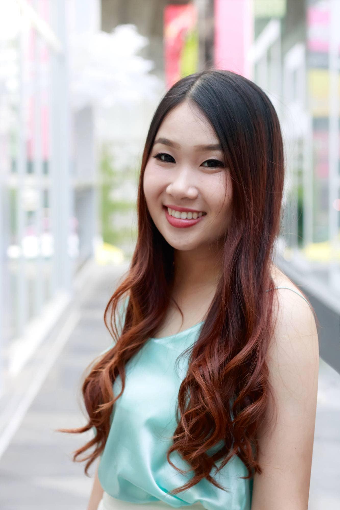 Warna rambut mahogany pada rambut panjang dengan gaya ombre.